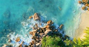 Praia tropical com mar e palma tomada do zang?o Praia de Anse Lazio na ilha de Praslin, Seychelles imagens de stock royalty free