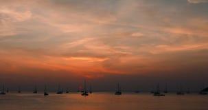 Praia tropical com os iate dos barcos de navigação no por do sol Console de Phuket, Tailândia video estoque