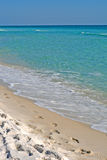 Praia tropical com pegadas na areia fotos de stock