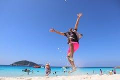Praia tropical com um homem que salta, Phuket, o sul de Tailândia imagens de stock royalty free