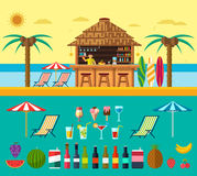 Praia tropical com uma barra na praia, férias de verão na areia morna com água clara Grupo de bebidas e de frutos exóticos Fotos de Stock Royalty Free