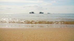 Praia tropical da areia com um barco no horizonte filme