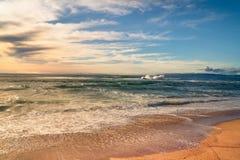 Praia tropical da areia e céu azul nebuloso bonito foto de stock