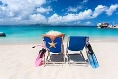 Praia tropical de dois pares das cadeiras imagem de stock