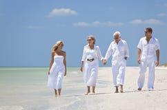 Praia tropical de passeio da família das gerações dos pares Imagem de Stock