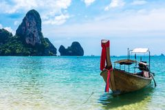 Praia tropical do barco da cauda longa, Krabi, Tailândia imagem de stock