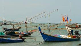 Praia tropical do oceano, barco de pesca colorido tradicional de madeira amarrado Seascape perto da vila muçulmana pobre asiática vídeos de arquivo