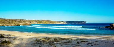 Praia tropical do oceano com cliffside fotografia de stock