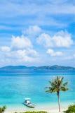 Praia tropical do paraíso com palmeira, Okinawa, Japão Fotografia de Stock