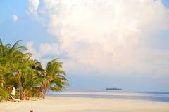 Praia tropical do recurso de Idillic Fotos de Stock Royalty Free