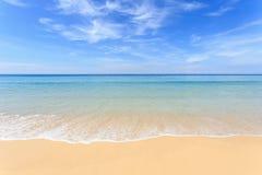 Praia tropical e céu azul em Phuket, Tailândia Imagem de Stock Royalty Free