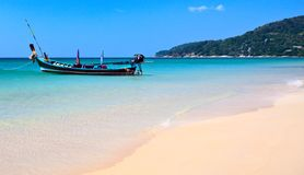 Praia tropical e o barco Imagens de Stock Royalty Free