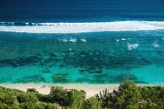Praia tropical e oceano claro com água azul na ilha tropical imagem de stock