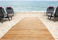 Praia tropical e plataforma de madeira Fotografia de Stock Royalty Free