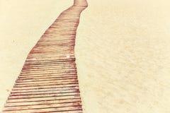 Praia tropical e plataforma de madeira na areia Foto de Stock Royalty Free