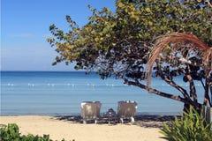 Praia tropical em Jamaica e no mar das caraíbas azul Fotografia de Stock