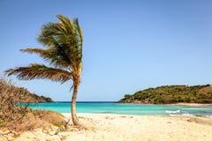 Praia tropical em uma ilha Fotos de Stock Royalty Free