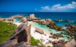Praia tropical mágica com formações de rocha originais imagem de stock royalty free