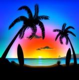 Praia tropical na ilustração surfando do por do sol Imagens de Stock