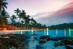 Praia tropical no por do sol fotos de stock royalty free