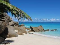 Praia tropical o dique e a fonte de prata imagens de stock royalty free
