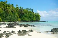 Praia tropical, rochas, areia branca e árvores. Fotos de Stock Royalty Free