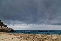 Praia tropical sob o céu sombrio Fotografia de Stock