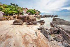 Praia tropical sob o céu sombrio Fotos de Stock Royalty Free
