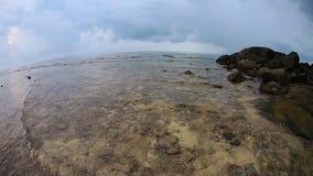 Praia tropical sob o céu sombrio video estoque