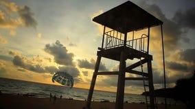 Praia uma de Karon das praias as mais famosas e as mais populares na ilha de Phuket em Tailândia video estoque