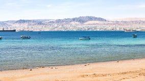 Praia urbana de Aqaba e vista da cidade de Eilat Foto de Stock