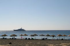 Praia vazia com máscaras do sol e cadeiras, Greece Imagem de Stock Royalty Free