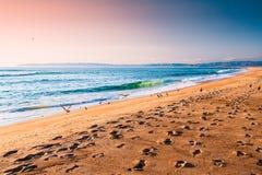 Praia vazia da areia durante o por do sol fotografia de stock royalty free