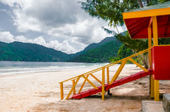 Praia vazia da opinião lateral da cabine da salva-vidas de Trinidad and Tobago da praia de Maracas Fotografia de Stock Royalty Free