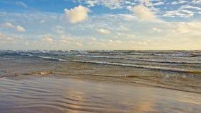 Praia vazia do mar Báltico em um dia ensolarado com nuvens macias, Letónia Imagens de Stock Royalty Free