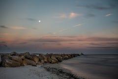 Praia vazia em sunsent Imagens de Stock Royalty Free