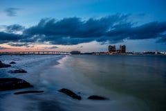 Praia vazia em sunsent Fotografia de Stock