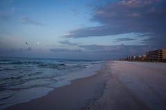 Praia vazia em sunsent Fotos de Stock