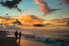 Praia vazia em sunsent Foto de Stock Royalty Free