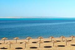 Praia vazia fabulosa que espera os clientes. Fotos de Stock
