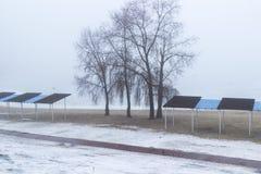 Praia vazia na mola nos bancos do rio, das árvores e do abrigo do sol nevoento imagens de stock royalty free