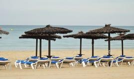 Praia vazia no fim da estação fotografia de stock royalty free