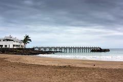 Praia vazia sob um céu de ameaça Imagens de Stock
