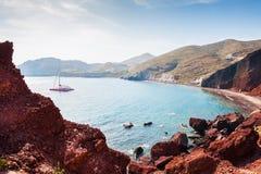 Praia vermelha bonita na ilha de Santorini, Grécia Fotos de Stock Royalty Free
