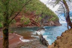 Praia vermelha da areia ao longo da estrada a Hana, Maui, Havaí fotografia de stock