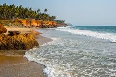 Praia vermelha da rocha na Índia, perto de Varkala Foto de Stock Royalty Free