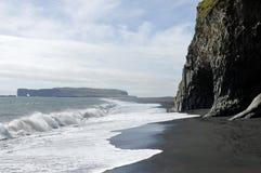 Praia vulcânica preta, Islândia. imagens de stock