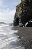Praia vulcânica preta, Islândia. fotografia de stock royalty free