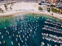 PraiaDOS Anjos i Arraial gör Cabo Brasilien Stadsstrand och fiskebåtar Härlig solig dag Färgrikt flyg- dronfoto arkivfoto