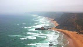Praias Clifs e névoa ao longo da costa do oceano fotografia de stock